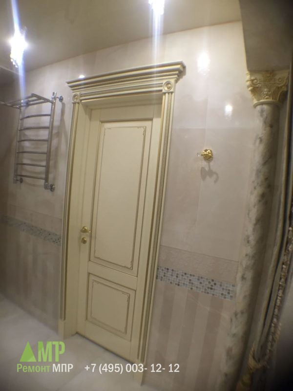 Дверь в ванной комнате