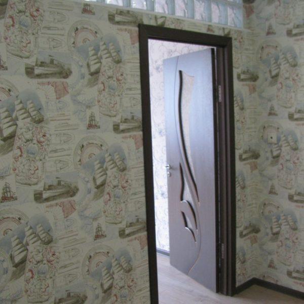Укалдка ламината, установка двери